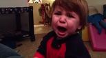 Cậu bé vờ khóc ăn vạ với mẹ bất thành