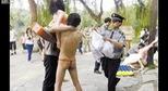 Trung Quốc: Hai thanh niên mặc quần lọt khe, ôm búp bê tình dục biểu diễn trong trường