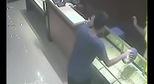 Trung Quốc: Tên trộm ngốc nghếch làm liều tay không vào cướp tiệm vàng