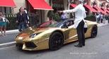 """Lamborghini Aventador Roadster mạ vàng """"chơi trội"""" trên phố"""