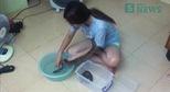 Nữ sinh trường Báo chăm sóc và tắm cho trăn
