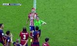 Messi bị đối phương đạp thẳng gầm giày vào đùi