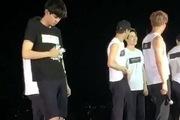 Fan Trung ném chai nước vào chân Chanyeol (EXO)