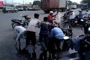 Clip cộng đồng: Người Sài Gòn gom tôm sú giúp thanh niên ngã xe