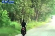 """Ấn Độ: """"Thanh niên cứng"""" say rượu đấu đầu trực diện với xe tải"""