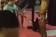 Cậu nhóc võ sĩ Muay Thái luyện sức chịu đựng cực siêu