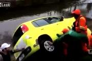 Công nhân làm đường tức giận đẩy ôtô xuống sông