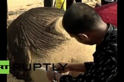 Tượng cát khổng lồ bên bờ biển tưởng nhớ bé trai tị nạn Syria