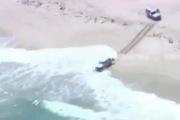 Lao ôtô ra biển chạy trốn cảnh sát bất thành