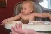 Em bé mới nhỏ đã biết cầu nguyện trước bữa ăn rồi nhé