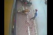 Hà Nội: Trộm bẻ khóa xe Lead ngoài phố nhanh như chớp
