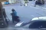 Pha đổ xăng hậu đậu của ô-tô khiến xe máy bị vạ lây