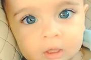 Em bé có đôi mắt xanh biếc như nước biển