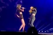 """Taylor Swift """"cháy"""" hết mình với Charli XCX trên sân khấu 1989"""