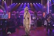 Miley Cyrus đội tóc giả khổng lồ, rơi lệ khi hát về thú cưng đã chết
