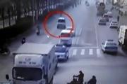 Hiện tượng lạ: 3 chiếc xe đột nhiên nhảy nhót giữa đường