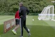 Bàn thắng từ... phía sau cầu môn cực dị của Gareth Bale