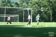 Đứng sau khung thành, Ronaldinho vẫn sút bóng vào gôn