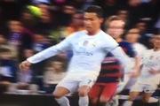 Pha giật cùi chỏ thô thiển của Ronaldo với Dani Alves