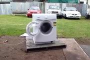 """Màn tra tấn máy giặt hết sức """"độc ác"""" chỉ với 1 cục sắt"""