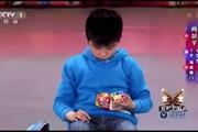 """Phạm Băng Băng """"há hốc mồm"""" với tài năng chơi rubik 9 tuổi"""