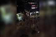 Đám đông hàng trăm bạn trẻ tụ tập làm náo loạn phố Nguyễn Huệ