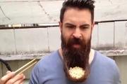 Thú vị người đàn ông sử dụng râu làm... tô đựng mì