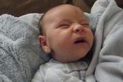 Biểu cảm cực yêu của em bé khi tỉnh giấc