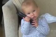 Khuôn mặt biểu cảm của bé khi bạn gái gọi điện
