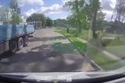 Mô-tô vượt đèn đỏ cực mạnh vào ô-tô qua đường