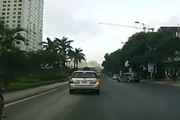 """Ô-tô chuyển hướng đột ngột khiến xe máy """"đo đường"""""""