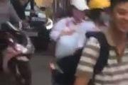 Hà Nội: Thanh niên ngồi chễm chệ ăn vạ trên mui xe ô-tô