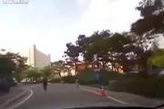 Người đàn ông đập đầu vào cửa kính ô-tô ăn vạ như thật