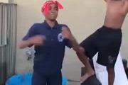 """Màn ngã cực """"thốn"""" khi thực hiện Bucket Challenge"""