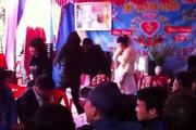 Chú rể ôm mẹ khóc nức nở trong ngày cưới