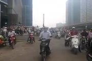 Hà Nội: Hàng chục xe máy vô ý thức leo lên lề như bầy ong vỡ tổ