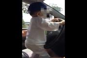 Bố để con một tuổi lái ô-tô đoạn đường dài gây sốc