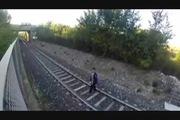 """""""Đùa giỡn tử thần"""" bằng cách... nằm dưới đường ray xe lửa"""
