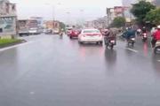 Vội vã trong mưa, 2 xe máy đâm cực mạnh trực diện
