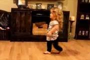 Cô bé dị tật nhún nhảy điêu luyện theo nhạc Taylor Swiff