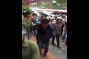 2 thanh niên trộm xe máy bị người dân vây đánh hội đồng