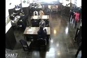 """""""Thanh niên cứng"""" ngồi ăn ngay cạnh nơi có đánh nhau kịch liệt"""