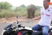 Vừa chạy mô-tô tốc độ cao vừa... tập Yoga