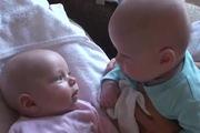 """2 bé sinh đôi mới nhỏ mà đã """"nhiều chuyện"""" rồi..."""