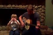 Cậu nhóc vừa hát vừa đệm harmonica cùng bố