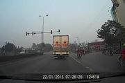 """Xe máy """"cảm tử"""" vượt giữa xe tải và container"""