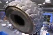 """""""Con quái vât"""" nghiền lốp xe trong tích tắc"""