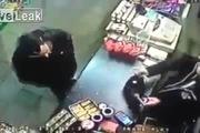 Tên cướp bị tước súng trong tích tắc