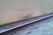 Thanh niên liều mạng bò qua đường ray xe lửa đang chạy