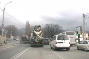 Xe tải vượt đèn đỏ đâm nát cabin xe trộn bê tông